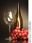 Композиция с бокалом, бутылкой и виноградом. Стоковое фото, фотограф Виктор Топорков / Фотобанк Лори