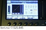 Купить «Индикатор аудиомикшера двигается в такт музыке на мониторе», видеоролик № 7525845, снято 5 июня 2015 г. (c) Иван Четвериков / Фотобанк Лори