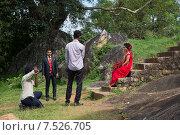 Свадебная фотосъемкаа руинах Вессагирии. Анурадхапура, Шри-Ланка (2015 год). Редакционное фото, фотограф Виктор Карасев / Фотобанк Лори