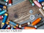Купить «Пуговицы и катушки ниток на деревянном столе», фото № 7529937, снято 1 июня 2015 г. (c) Astroid / Фотобанк Лори