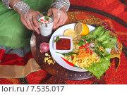Купить «Руки индианки держат стакан с кефиром, рядом на столе картофель,лук,острый соус,лимон,карри,листья салата и специи», фото № 7535017, снято 27 марта 2015 г. (c) Марина Володько / Фотобанк Лори