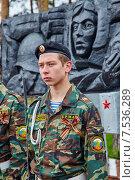 Купить «Юный ратник возле мемориала. Заводоуковск», эксклюзивное фото № 7536289, снято 9 мая 2015 г. (c) Иван Карпов / Фотобанк Лори