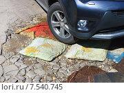 Машина наезжает на дорожную яму (2015 год). Стоковое фото, фотограф Зобков Юрий / Фотобанк Лори