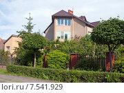 Купить «Небольшой  частный дом утопает в зелени», эксклюзивное фото № 7541929, снято 9 июня 2015 г. (c) Svet / Фотобанк Лори