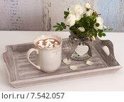 Чашка горячего шоколада с зефиром и букет из цветов шиповника. Стоковое фото, фотограф Юлия Кузнецова / Фотобанк Лори