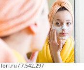 Купить «Girl applying cream on skin», фото № 7542297, снято 24 августа 2019 г. (c) Яков Филимонов / Фотобанк Лори