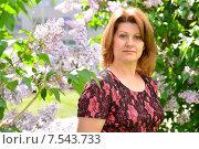 Купить «Женщина средних лет возле цветущей сирени», фото № 7543733, снято 25 мая 2015 г. (c) Володина Ольга / Фотобанк Лори