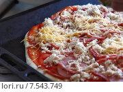 Приготовление пиццы. Стоковое фото, фотограф Павел Бурочкин / Фотобанк Лори