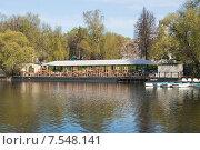 Ресторан рядом с лодочной станцией на Каменском пруду ВДНХ (2015 год). Редакционное фото, фотограф Алёшина Оксана / Фотобанк Лори