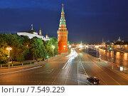 Кремлевская набережная синей ночью (2015 год). Редакционное фото, фотограф Валерия Попова / Фотобанк Лори