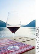 Бокал вина на фоне моря и гор. Стоковое фото, фотограф Горбач Елена / Фотобанк Лори