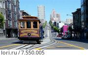 Купить «Кабельный (канатный) трамвай с туристами на улице Сан-Франциско. Калифорния, США», видеоролик № 7550005, снято 19 мая 2015 г. (c) FMRU / Фотобанк Лори