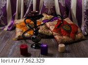 Кальян на фоне восточных подушек и свечей. Стоковое фото, фотограф Полина Соколова / Фотобанк Лори
