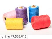 Купить «Катушки с разноцветными нитками на белом фоне», эксклюзивное фото № 7563013, снято 14 июня 2015 г. (c) Яна Королёва / Фотобанк Лори