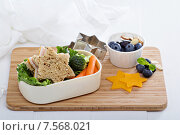 Ланч с сэндвичем и салатом. Стоковое фото, фотограф Елена Веселова / Фотобанк Лори
