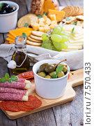 Разнообразные закуски на праздничном столе. Стоковое фото, фотограф Елена Веселова / Фотобанк Лори