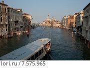 Речной трамвай  с туристами на Гранд - канале в Венеции на закате дня (2015 год). Редакционное фото, фотограф Tanya  Polevaya / Фотобанк Лори