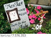 Gravestone on a pet cemetery, Berlin, Germany (2007 год). Редакционное фото, агентство Caro Photoagency / Фотобанк Лори