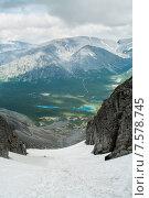 Купить «Заснеженный горный перевал в красивым видом на долину с озерами. Перевал Чоргорр, Хибины», фото № 7578745, снято 5 июля 2010 г. (c) Кекяляйнен Андрей / Фотобанк Лори