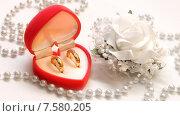 Купить «Свадебная композиция с обручальными кольцами», фото № 7580205, снято 24 июля 2014 г. (c) Виктор Топорков / Фотобанк Лори