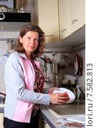 Купить «Женщина моет посуду на кухне», эксклюзивное фото № 7582813, снято 18 июня 2015 г. (c) Яна Королёва / Фотобанк Лори