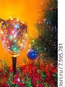 Бокал с ёлочными гирляндами и Рождественская елка. Стоковое фото, фотограф Alexander Alexeev / Фотобанк Лори