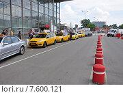 Купить «Несколько желтых машин такси возле Курского вокзала в Москве», фото № 7600121, снято 15 июня 2015 г. (c) Володина Ольга / Фотобанк Лори