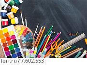 Школьные принадлежности на черной меловой доске. Стоковое фото, фотограф Типляшина Евгения / Фотобанк Лори