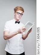 Купить «Молодой студент в очках с книгой», фото № 7604005, снято 24 апреля 2015 г. (c) Дмитрий Булин / Фотобанк Лори