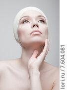 Уход за кожей. Портрет красивой девушки с кремом на лице. Стоковое фото, фотограф Дмитрий Булин / Фотобанк Лори