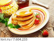 Купить «Оладьи с медом и ягодами на столе», фото № 7604233, снято 24 июня 2015 г. (c) Надежда Мишкова / Фотобанк Лори
