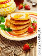 Домашние оладьи с медом и клубникой на полосатой тарелке. Стоковое фото, фотограф Надежда Мишкова / Фотобанк Лори
