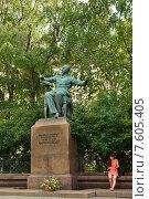 Купить «У памятника П.И. Чайковскому. Студентка», фото № 7605405, снято 24 июня 2015 г. (c) Валерия Попова / Фотобанк Лори