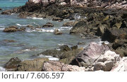 Купить «Волны разбиваются о камни на берегу, Таиланд», видеоролик № 7606597, снято 2 марта 2015 г. (c) Валерия Потапова / Фотобанк Лори
