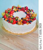 Свадебный торт с ягодами. Стоковое фото, фотограф Елена Поминова / Фотобанк Лори