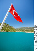 Флаг Турции на фоне моря в заливе. Стоковое фото, фотограф Ирина Буракова / Фотобанк Лори