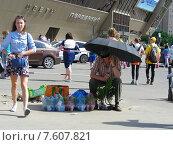 Купить «Уличная торговля саженцами. Город Балашиха (бывший Железнодорожный). Московская область», эксклюзивное фото № 7607821, снято 4 июня 2015 г. (c) lana1501 / Фотобанк Лори