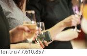 Купить «Бокалы с шампанским в руках», видеоролик № 7610857, снято 30 марта 2015 г. (c) Потийко Сергей / Фотобанк Лори