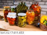 Купить «Стеклянные банки консервированных овощей на деревянном столе», фото № 7611653, снято 18 июля 2018 г. (c) Вячеслав Николаенко / Фотобанк Лори