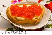 Бутерброд с маслом и красной икрой на блюдечке. Стоковое фото, фотограф Дмитрий Девин / Фотобанк Лори