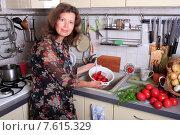 Купить «Женщина моет ягоды клубники на кухне», эксклюзивное фото № 7615329, снято 27 июня 2015 г. (c) Яна Королёва / Фотобанк Лори