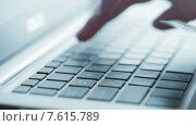 Купить «Девушка использует кредитную карту для оплаты онлайн заказа», видеоролик № 7615789, снято 28 июня 2015 г. (c) Валерия Потапова / Фотобанк Лори
