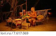Купить «Группа людей с африканскими барабанами», видеоролик № 7617069, снято 27 июня 2015 г. (c) Василий Кочетков / Фотобанк Лори