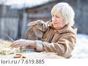 Женщина-фермер с кроликом. Стоковое фото, фотограф Евгений Чернецов / Фотобанк Лори