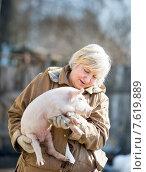 Женщина-фермер держит поросенка. Стоковое фото, фотограф Евгений Чернецов / Фотобанк Лори