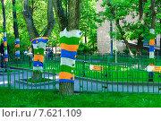 Купить «Московский двор. Одежда для деревьев. Ярнбомбинг», эксклюзивное фото № 7621109, снято 20 мая 2015 г. (c) Зобков Георгий / Фотобанк Лори