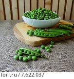 Стручок зеленого горошка на столе. Стоковое фото, фотограф Шуба Виктория / Фотобанк Лори