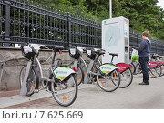 Купить «Мальчик у терминала велопроката», фото № 7625669, снято 30 июня 2015 г. (c) Victoria Demidova / Фотобанк Лори