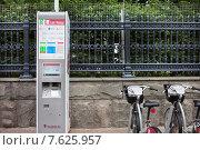Купить «Терминал оплаты городского велопроката», фото № 7625957, снято 30 июня 2015 г. (c) Victoria Demidova / Фотобанк Лори