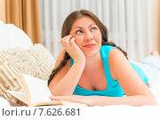 Купить «Мечтательная девушка с книгой в постели», фото № 7626681, снято 25 апреля 2015 г. (c) Константин Лабунский / Фотобанк Лори